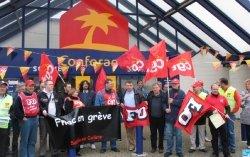Des salariés mécontents ont manifesté devant le siège de conforama